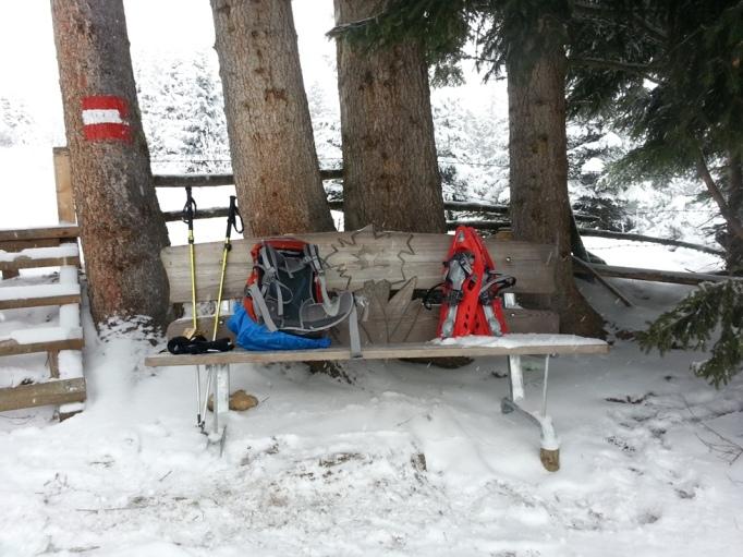 Pause beim Aufstieg- in der Bank ist ein Log vom Salzburger Almenweg geschnitzt (Foto: hikekarin.com)