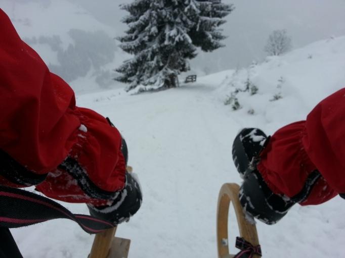 Gamaschen- der Geheimtipp beim Rodeln! Man kriegt den ganzen Schnee nicht in die Hosen (Foto: Hikekarin.com)