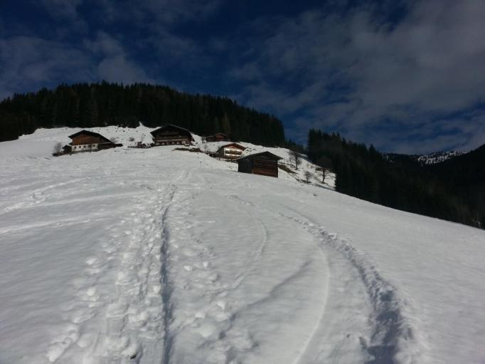 Hinauf zum Gasthof Pröll- sieht weniger steil aus, als es in Wahrheit ist (Foto: Hikekarin.com)