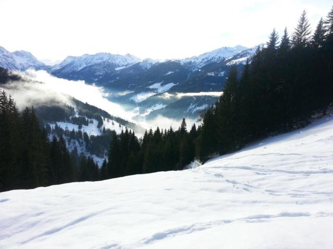 Über frisch verschneite Flächen gehen- das ist ds Schöne am Schneeschuhwandern (Foto: hikekarin.com)