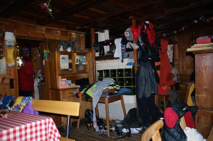 Kuschelig ist es in der Kleinarler Hütte (Foto: hikekarin.com)