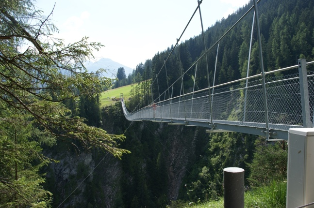 Herausfordernde Holzgauer Hängebrücke (Foto: Hikekarin.com)