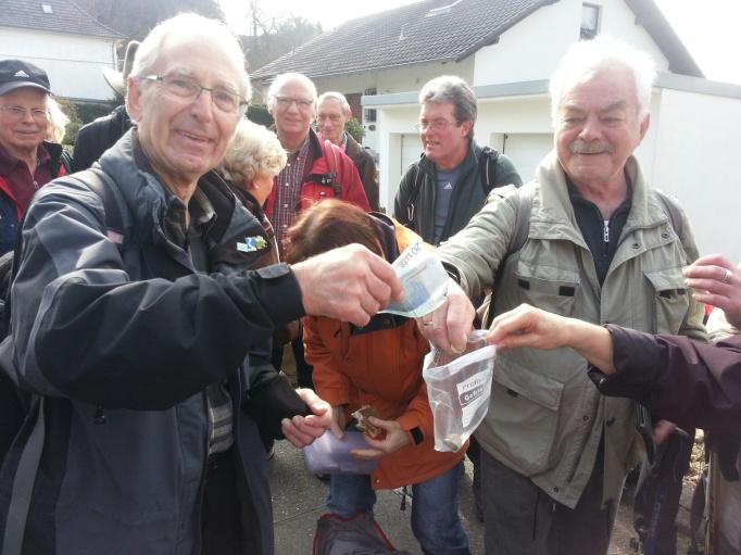 Spenden Sammeln beim Rheinsteig-Erlebnislauf (Foto: Hikekarin.com)