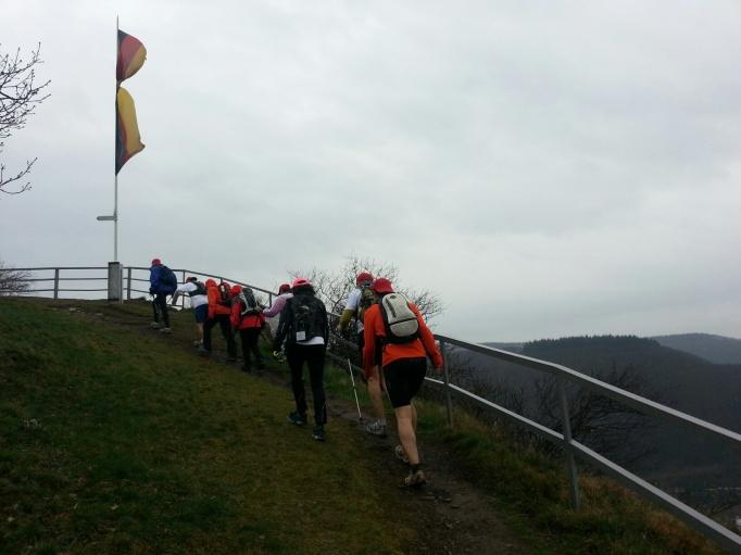 Steife Brise und Schauer erschweren den Lauf (Foto: Hikekarin.com)