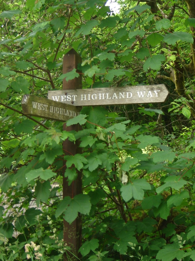 Urige Wegweiser begleiten die Strecke am West-Highland-Way in Milngavie (Foto: Hikekarin.com)
