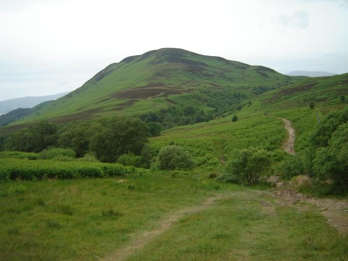 """Mein erster schottischer """"Gipfel"""" in Sicht- der Conic Hill (Foto: Hikekarin.com)"""