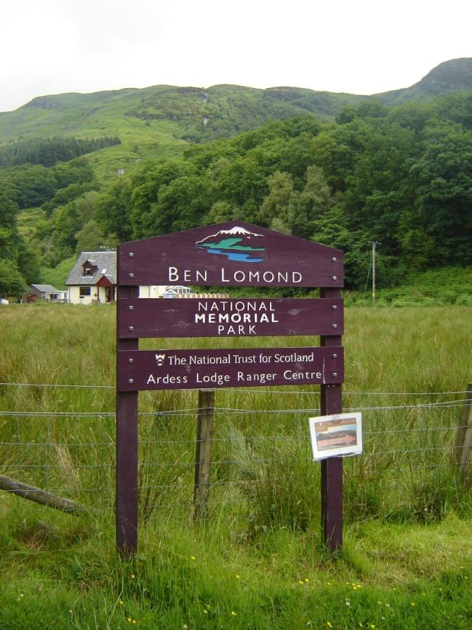 Schöne Holztafeln zeigen die nationalen Schutzregionen an (Foto: Hikekarin.com)