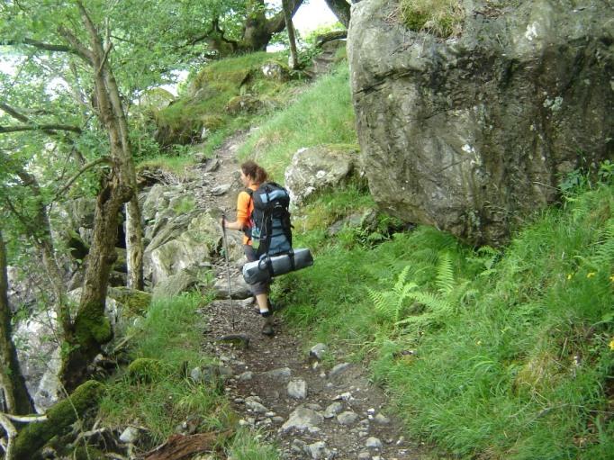 Sherpa-Service: Mit dickem Rucksack und Zelt auf dem WHW (Foto: Hikekarin.com)