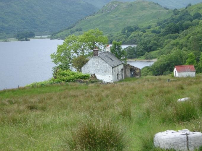 Einsame Häuser am Loch Lommond (Foto: Hikekarin.com)