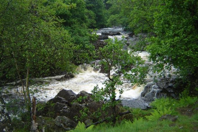 Reißender Glen Falloch im Regen (www.hikekarin.com)