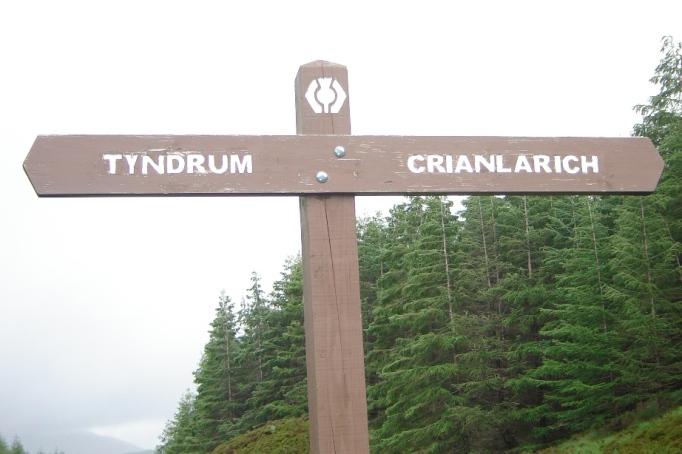 Hinweisschild mit weißer WHW-Markierung (Foto: Hikekarin.com)
