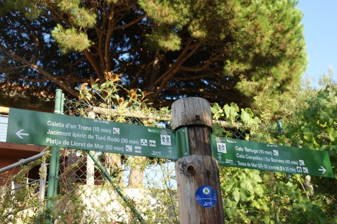 Wegweiser des Küstenfernwanderwegs (Foto: Hikekarin.com)