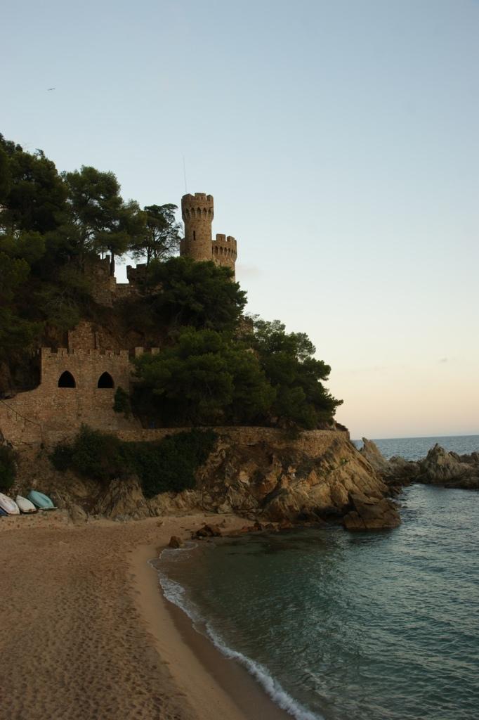 Strand-Burg-Felsen sind typisch für die Küstenorte (Foto: Hikekarin.com)