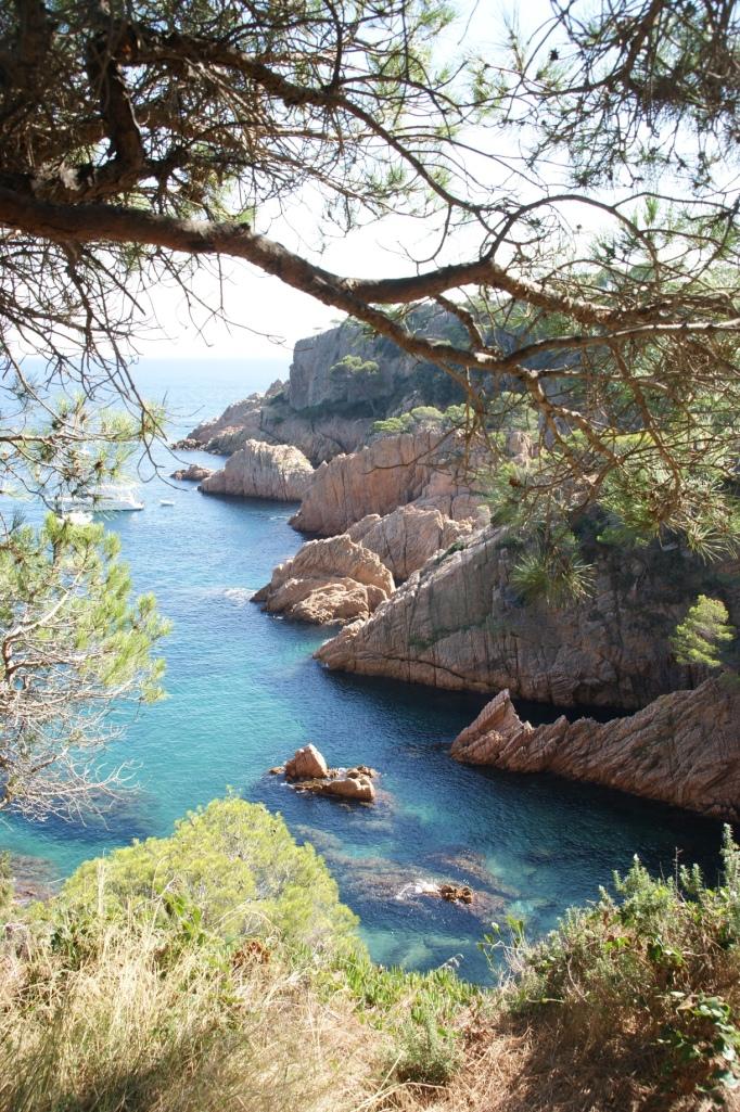 Cliffs und blaues Mittelmeer - die katalanische Küste (Foto: Hikekarin.com)