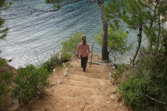 Manche Pfadabschnitte führen in die Buchten hinab (Foto: Hikekarin.com)