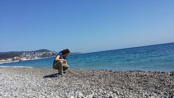 Steine sammeln an der Bucht von Nizza (Foto: Hikekarin.com)
