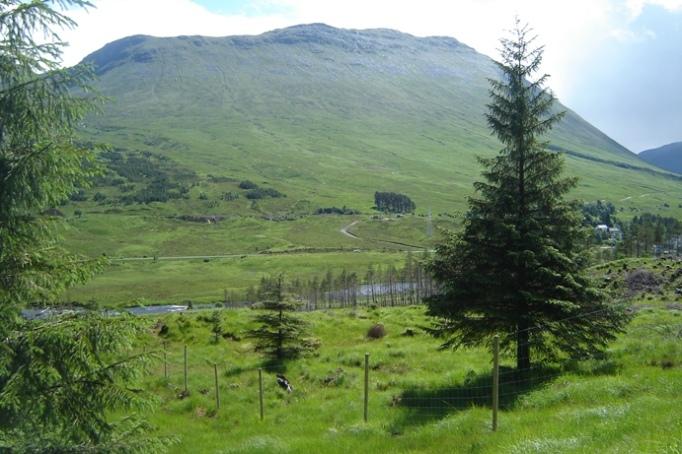 """Blick zurück auf Bridge of Orchy und die beiden Gipfel des """"Beinn an Dorain"""" (Foto: Hikekarin.com)"""