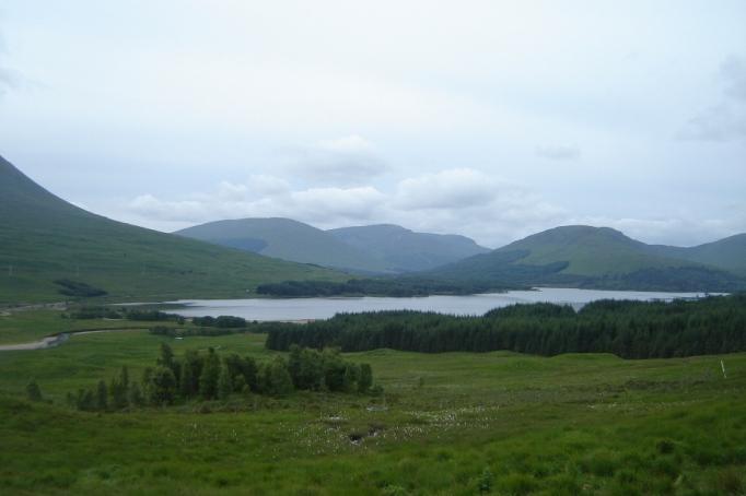 Loch Tulla von Ferne (Foto: Hikekarin.com)