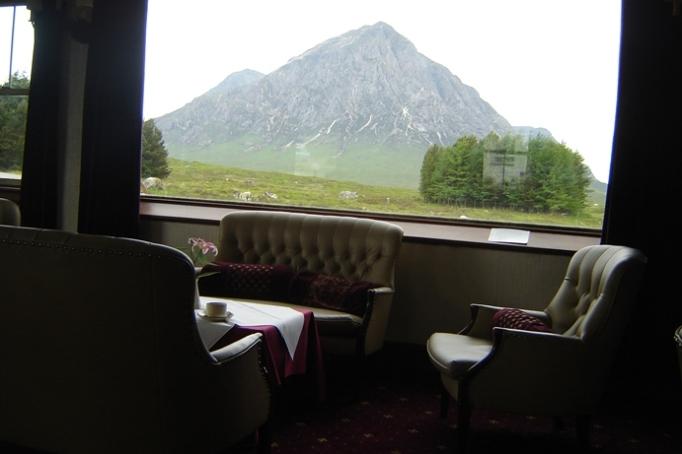 """Beim Kaffee-Trinken in der Hotel-Lounge mit Blick auf den """"Buachaille Etive Mór""""- 1.000m NN (Foto: Hikekarin.com)"""