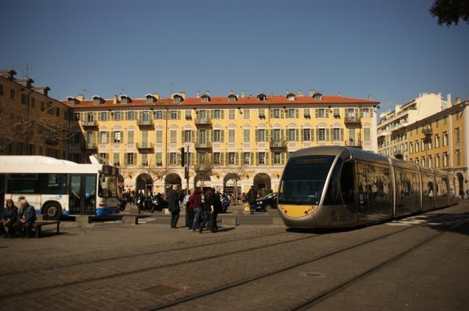 Moderne Straßenbahn am historischen Place Garibaldi (Foto: Hikekarin.com)