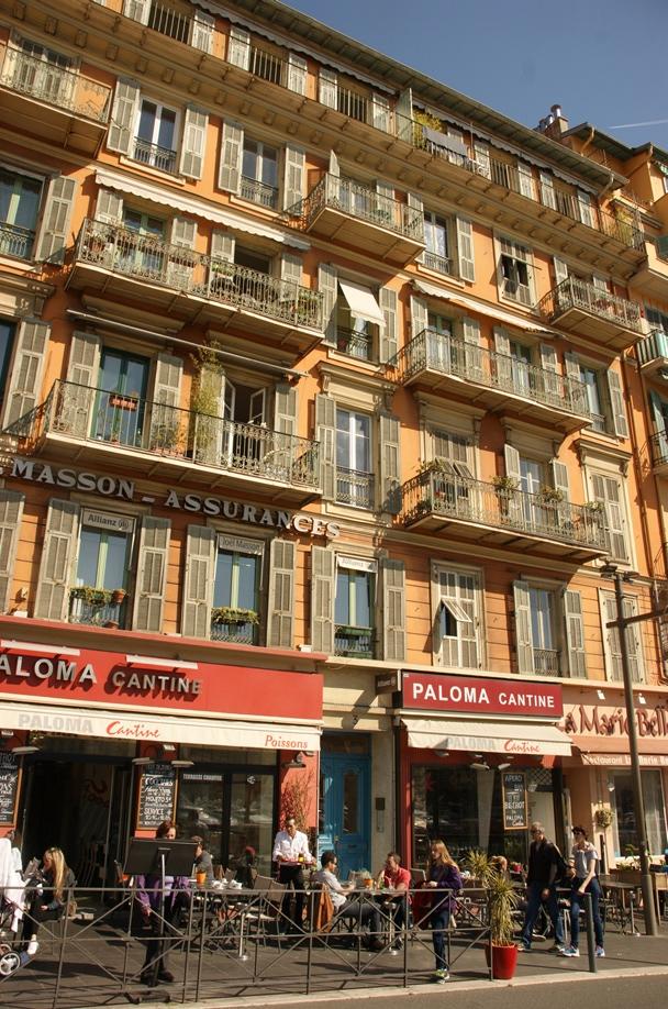 Hübsche Häuser und gemütliche Cafés am Hafen (Foto: Hikekarin.com)