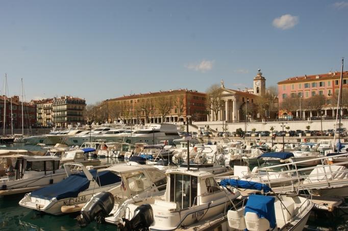 Der alte Hafen von Nizza (Foto: Hikekarin.com)