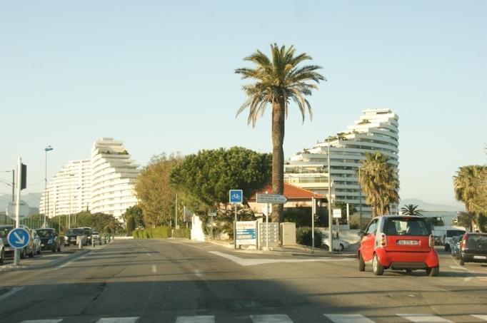 Ein Hingucker- Appartmentanlage von Villeneuve an der Küstenstraße (Foto: Hikekarin.com)