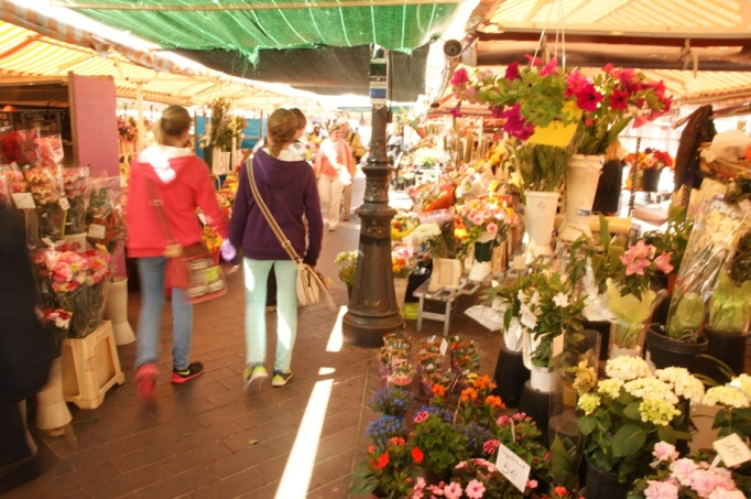 Auf dem Blumenmarkt (Foto: Hikekarin.com)