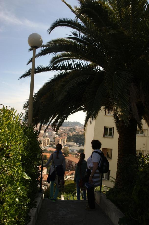 Auf dem Treppenweg hinab in die Stadt (Foto: Hikekarin.com)